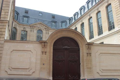 L'hôtel des Vieux - Le portail et la façade de l'hôtel en fond de cour