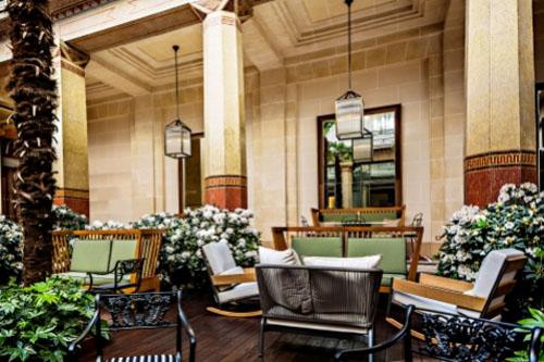 L'hôtel Prince de Galles : le patio sert de cadre au bar Les Heures