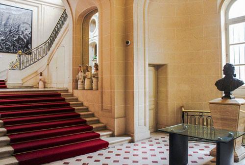 L'hôtel Schneider : les vestibule et au fond l'escalier d'honneur