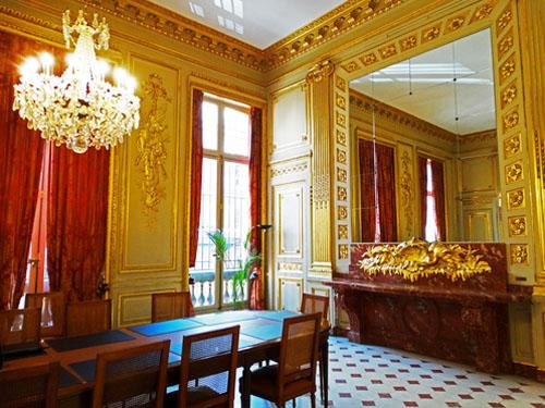 L'hôtel Schneider : la salle à manger habillée de boiseries de style Louis XVI