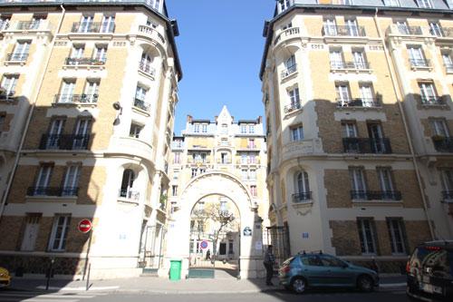 Les HBM rue de l'amiral Roussin - L'entrée encadrée d'immeubles de logements