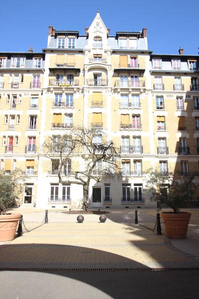 Les HBM rue de l'amiral Roussin - Le bâtiment en fond de cour