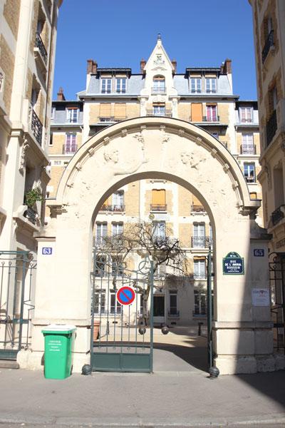 Les HBM rue de l'amiral Roussin - Le portail sculpté