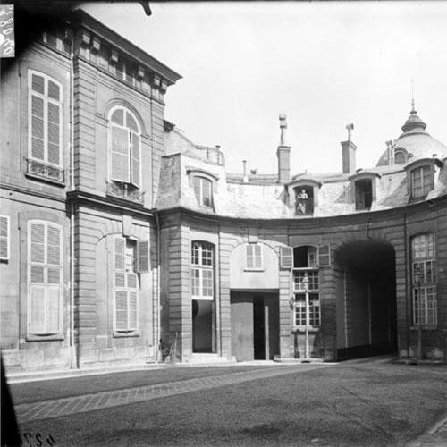 L'hôtel d'Orrouer : le revers du bâtiment sur rue; celui-ci épouse une gracieuse forme courbe
