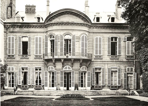 L'hôtel d'Orrouer : la façade sur le jardin dotée d'un étonnant fronton curviligne