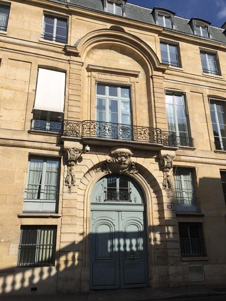 L'hôtel de Montalivet - Le portail au centre de la façade sur la rue