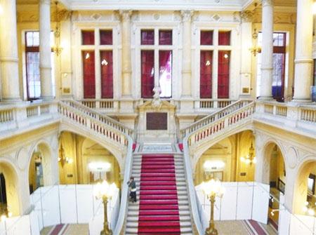 La mairie du 10e arrondissement : l'escalier d'honneur