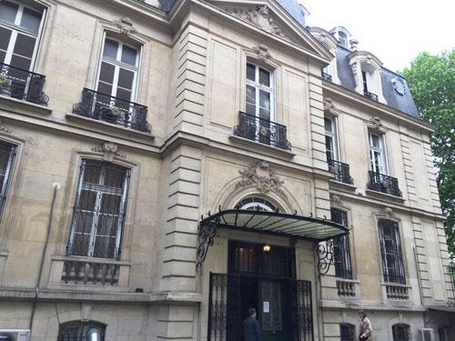 L'hôtel des Monstiers-Mérinville : la façade donnant sur la cour avec au milieu la porte d'entrée surmontée d'une marquise