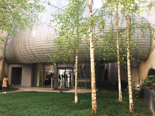 La fondation Jérome Seydoux-Pathé : le jardin situé à l'arrière du bâtiment