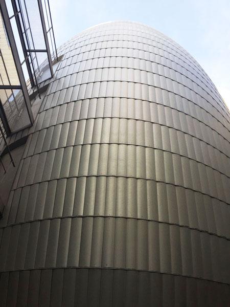La fondation Jérome Seydoux-Pathé : la coque du bâtiment vue du hall d'entrée