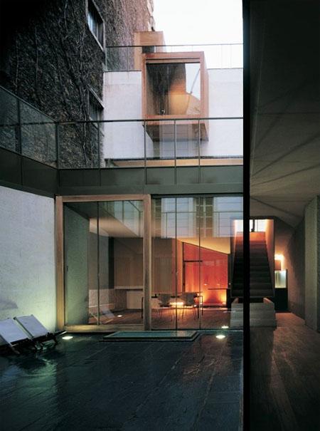 La maison Galvani : le sous-sol de la maison donnant sur le patio creusé dans le jardin extérieur