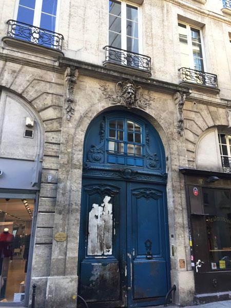 La maison Le Tellier : le portail surmonté d'un mascaron d'homme