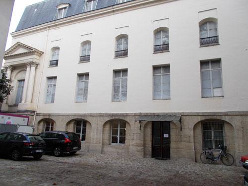 Le couvent des bénédictins Angalis : la façade sur la cour - La chapelle se situe au 1er étage