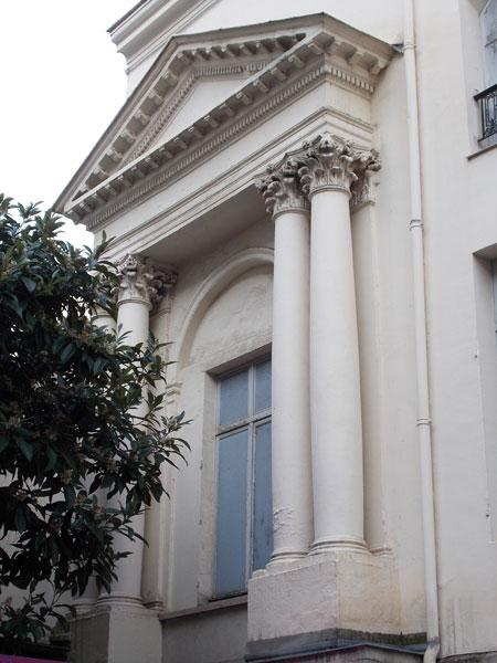 Le couvent des bénédictins Anglais : le portail de la chapelle se situe au niveau du 1er étage - L'escalier extérieur a disparu.