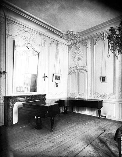 Le salon Louis XV décoré de sompteuses boiseries