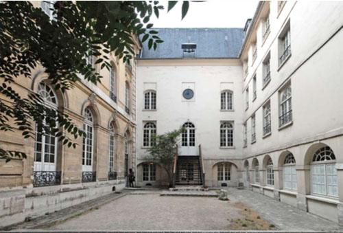 Le couvent des Bénédictins anglais côté jardin : à gauche l'aile Sud du XVIIIe siècle, à droite l'aile Nord du XVIIe siècle, au fond la chapelle