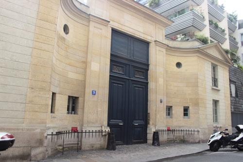 L'hôtel de Vaudreuil : les bâtiments néoclassique sur rue datent de la fin du XVIIIe siècle