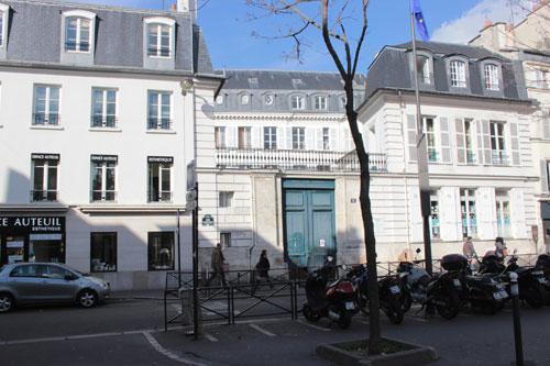 L'hôtel Pérignon vu de la rue d'Auteuil