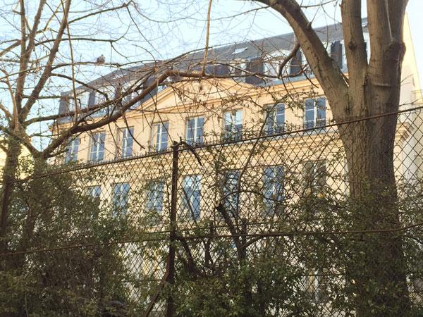 L'hôtel Véron : sa façade sur jardin est visible de la rue des Perschamps
