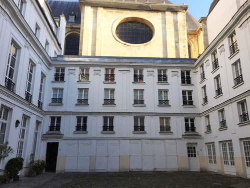 L'hôtel des Vivres : il est voisin de l'église Saint-Louis, avec une vue directe sur le bras droit du transept