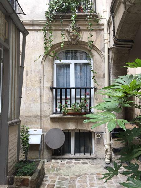 La maison Mariette : fenêtre donnant sur la 2e cour; elle est surmontée d'un mascaron de femme