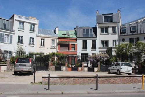 Le village d'Orléans : la place en demi-cercle rue Hallé