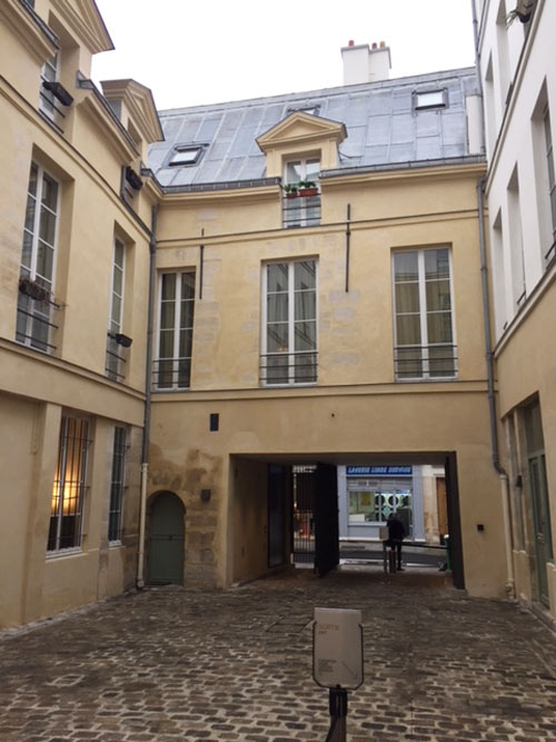 La fondation Henri Cartier-Bresson : la cour de l'hôtel particulier précédant la fondation