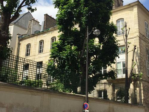 L'hôtel de Mazarin : la façade sur jardin vue de la rue Vaneau