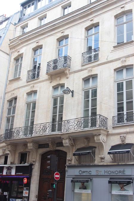 L'hôtel de Coigny : la façade sur rue est égayée par un élégant blacon