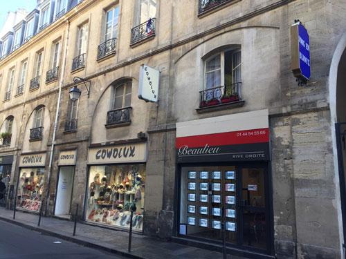 Les vestiges de l'hôtel de Mesmes : l'arcade occupée par une agence immobilière était l'ancienne entrée de l'hôtel. Le bâtiment sur rue est d'époque Louis XV.