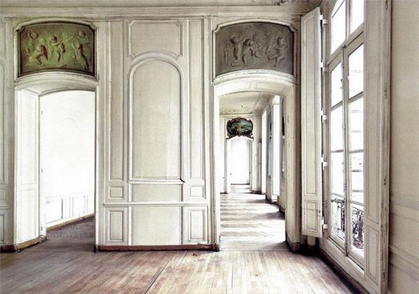 L'hôtel Cromot du Bourg : l'antichambre. Les dessus de portes sont décorés de bas-reliefs en stuc représentant des Amours