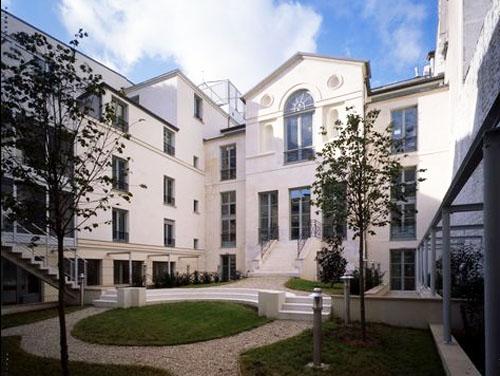 L'hôtel Bertin : la façade sur le jardin et à gauche une extension moderne