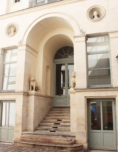 L'hôtel Bertin : l'arcade centrale et l'escalier menant à la porte d'entrée