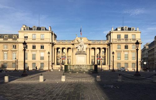 La place du Palais-Bourbon : le Palais-Bourbon (Assemblée Nationale) au Nord de la place