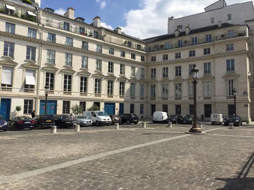 La place du Palais-Bourbon : immeubles à l'Est de la place