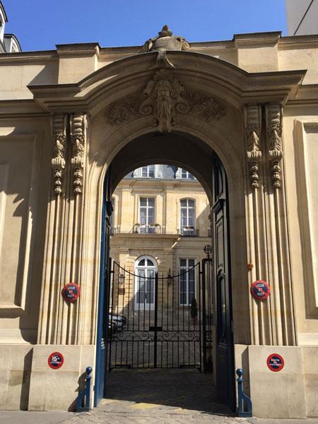 L'hôtel Hocquart : le portail ouvrant sur la cour d'honneur