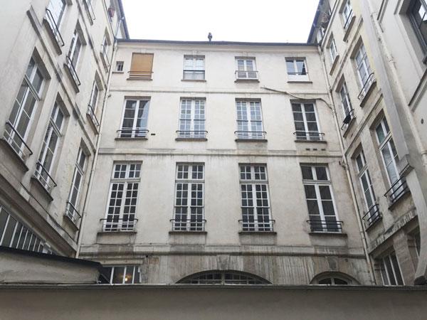 L'hôtel Le Normand d'Etiolles : les trois façades donnant sur la cour