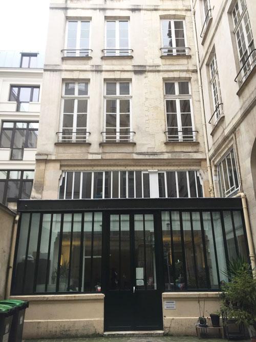 L'hôtel Le Normand d'Etiolles : le bâtiment en fond de cour - Une verrière a été ajouée devant
