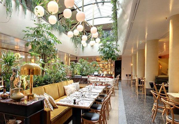 Le restaurant l'Alcazar: la salle de restaurant au rez-de-chaussée