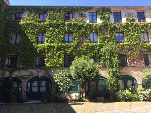 Le couvent des Filles anglaises : la façade en fond de cour