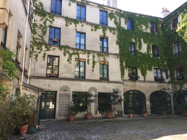 Le couvent des Filles anglaises : la façade à gauche dans la cour