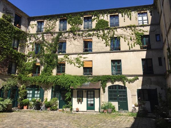 Le couvent des Filles anglaises : la façade à droite dans la cour