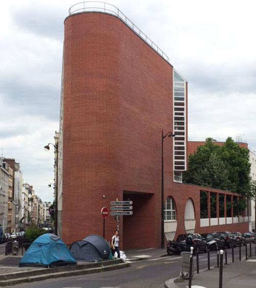 L'école maternelle : la petite tour à l'angle de la rue du Ruisseau et de la rue Duhesme