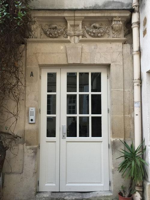 L'hôtel Bence : porte surmontée d'une frise sculptée