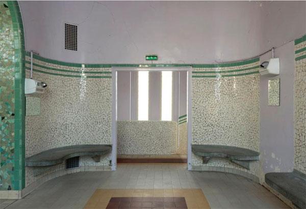 bains-douches Bidassoa : la salle d'attente précédent les cabines des hommes