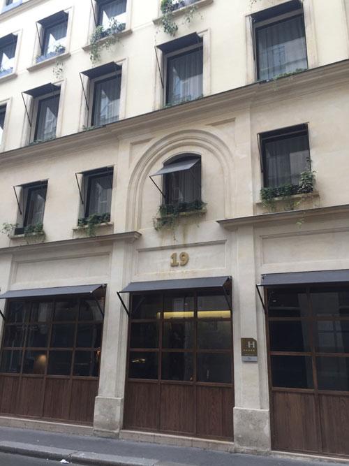 L'hôtel Parister : la façade sur rue du bâtiment datant du XIXe siècle