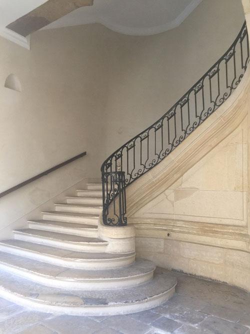 L'hôtel Le Charron : l'escalier principal