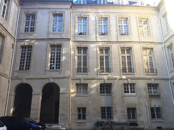 L'hôtel Le Charron : l'aile à droite dans la cour