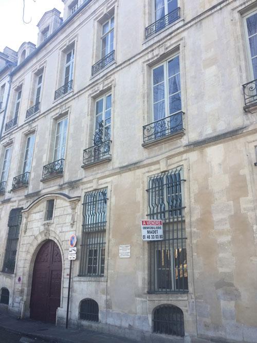 L'hôtel Le Charron : la façade du logis donnant sur le quai de Bourbon