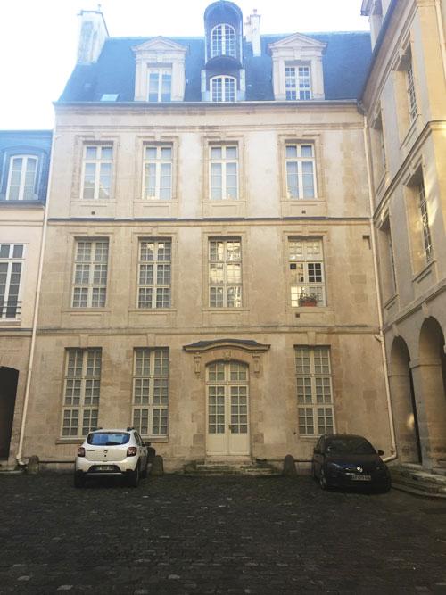 L'hôtel Le Charron : le second logis sur cour et sa belle porte d'entrée